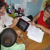 Personas con una tablet utilizando el Proyecto de Investigación SEDI